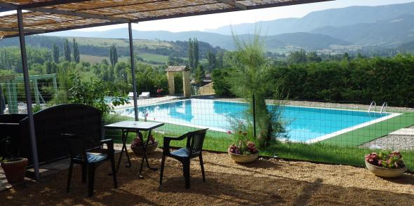 Vue sur la piscine chauffée du Camping des Rosières